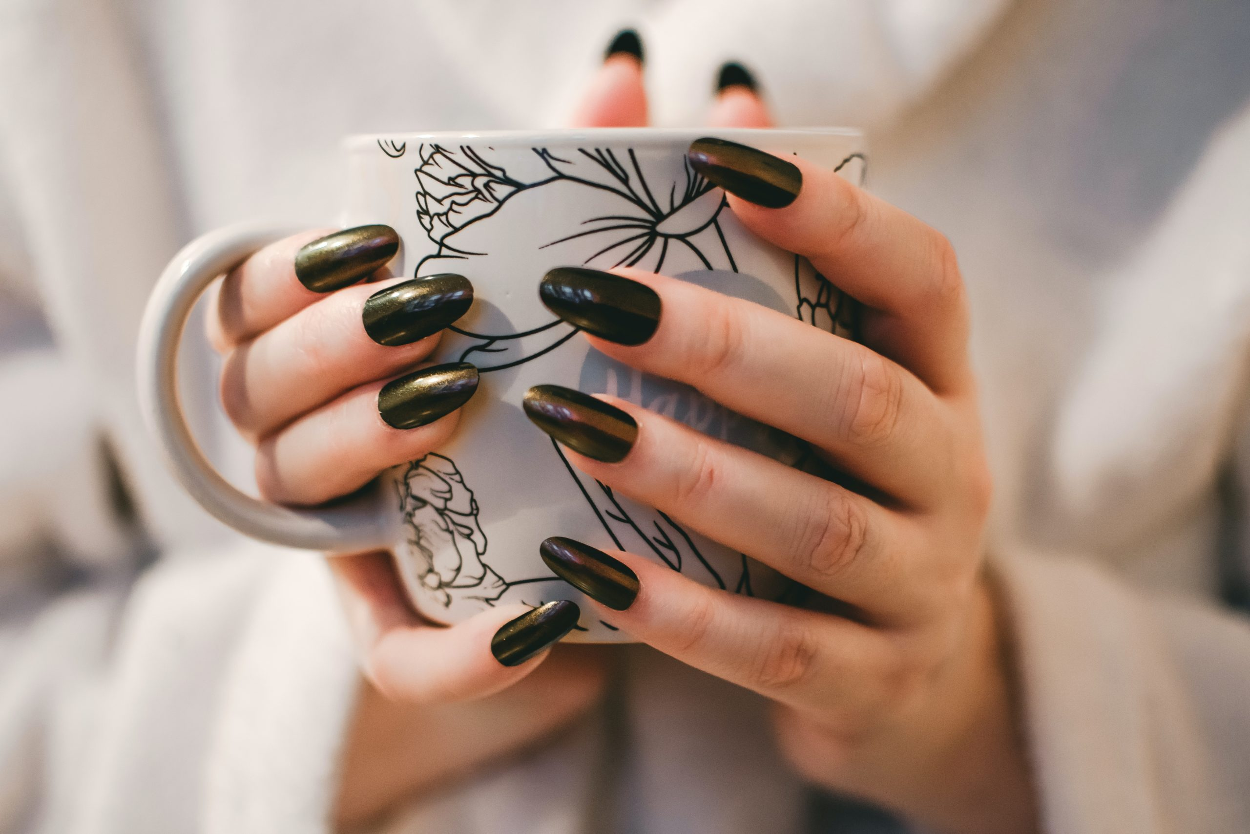 Witte plekjes en droogtrucjes: 8 nagel mythes ontkracht