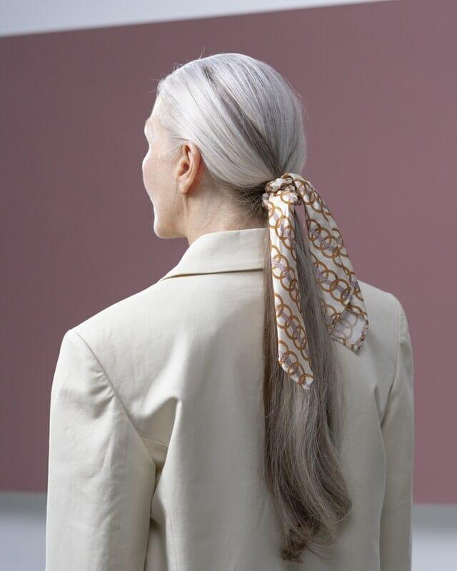 3x manieren om een zijden sjaaltje te dragen