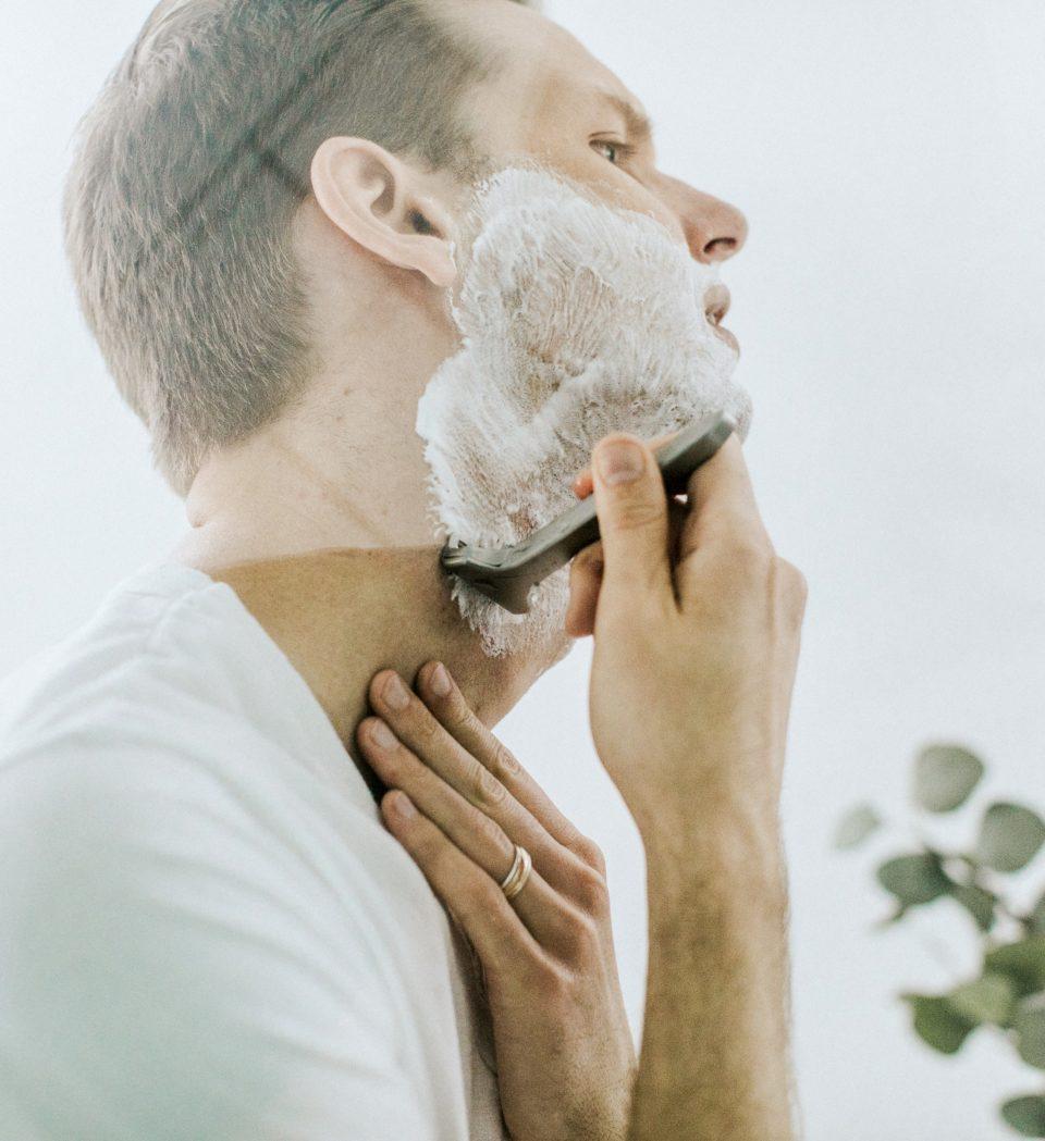 Je baard scheren? Zo voorkom je irritatie, scheerwondjes en geïrriteerde huid